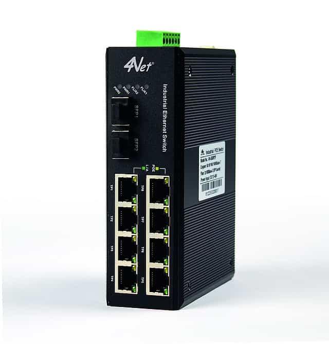 Switch industriale 4Net con 8 porte LAN PoE e due porte SFP.  Led di controllo e in alto zoccolo per alimentazione DC ridonante
